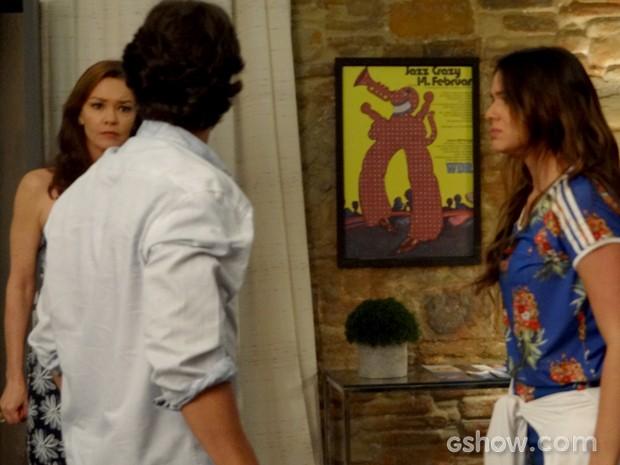 Helena chega e vê briga de Laerte e Luiza (Foto: Em Família / TV Globo)