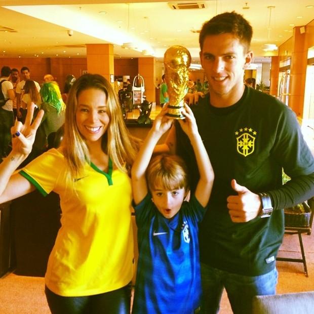 Copa do Mundo - Danielle Winits, Noah e Amaury Nunes (Foto: Reprodução Instagram)