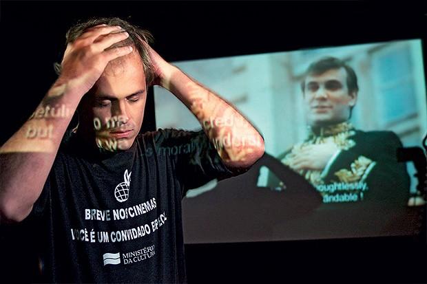 LONGE DOS CINEMAS Guilherme Fontes diante de uma projeção de Chatô. O projeto era  maior que  sua experiência (Foto: Gaudério/Folhapress)