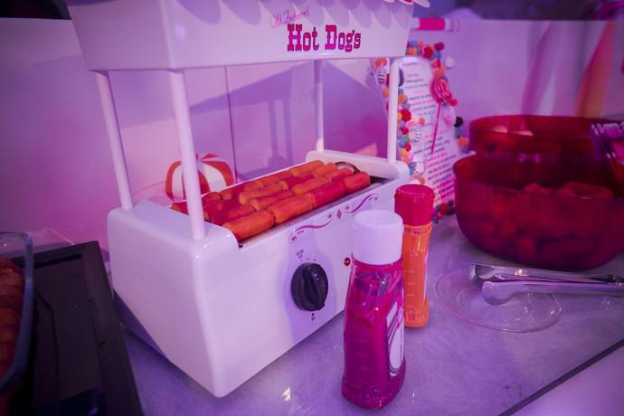 Hot-dog não pode faltar, né? (Foto: Raphael Dias / Gshow)