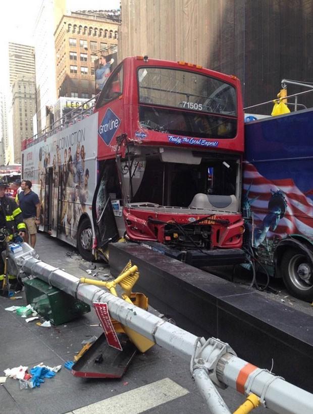 Ônibus de dois andares colidiram em Nova York (Foto: Reprodução/Twitter/FDNY)