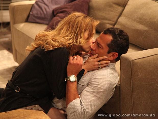 Glauce ainda tenta beijar Bruno (Foto: Carol Caminha/TV Globo)