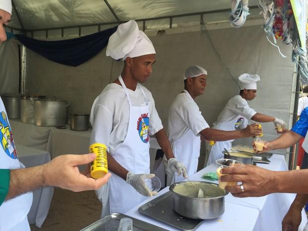 300 litros de Munguzá foi preparado para os foliões (Foto: Paula Nunes/G1)