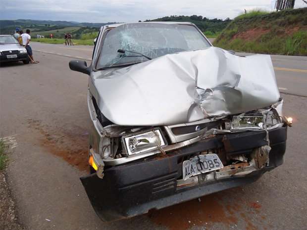 Acidente entre carro e ambulância mata aposentada em Coqueiral. (Foto: Polícia Rodoviária Estadual)