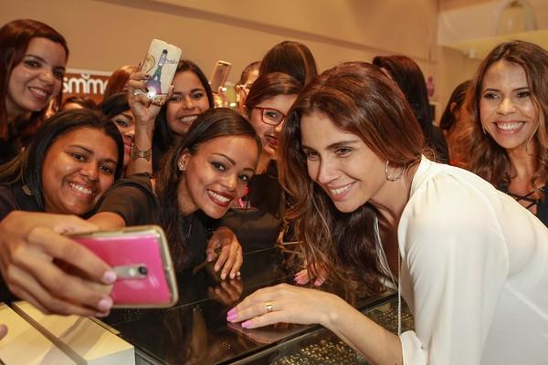Giovanna Antonelli faz alegria dos fãs em evento para marca de joias