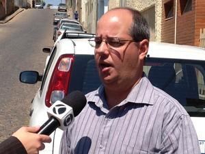 Ronaldo Dias explica ações da Copasa para amenizar o problema (Foto: Ricardo Welbert/G1)