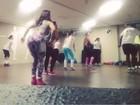 Viviane Araújo troca samba por funk e mostra rebolado em aula aeróbica