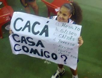 Cacá exibe cartaz com pedido de casamento do torcedor no Maranhão (Foto: Reprodução/ Facebook)