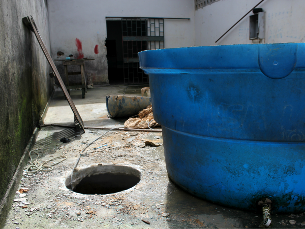 Entrada do túnel estava escondida por caixa d'água (Foto: Jamile Alves/G1 AM)