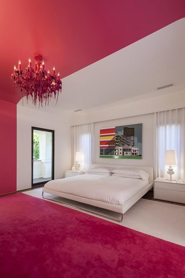 Décor do dia: faixa rosa choque no quarto branco (Foto: reprodução)