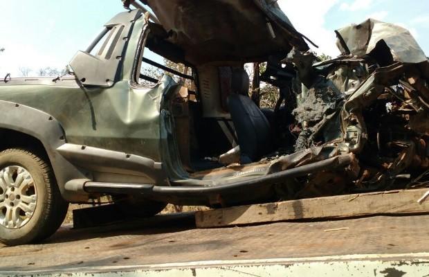 Acidente entre picape e carreta mata três amigos na BR-153, em Goiás (Foto: Divulgação/PRF)