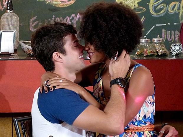Rita e Fera estão curtindo a maior paixão! (Foto: Malhação / TV Globo)