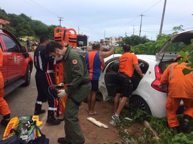Quatro pessoas ficaram feridas no acidente. Um helicóptero foi utilizado no resgate (Foto: Arquivo Pessoal/G1)