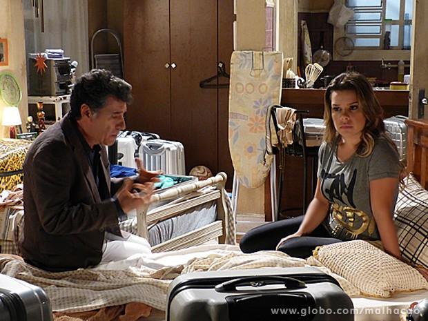 Caetano tenta convencer Berna a voltar para seu apartamento na Barra, mas a loira está irredutível (Foto: Malhação/ TV Globo)