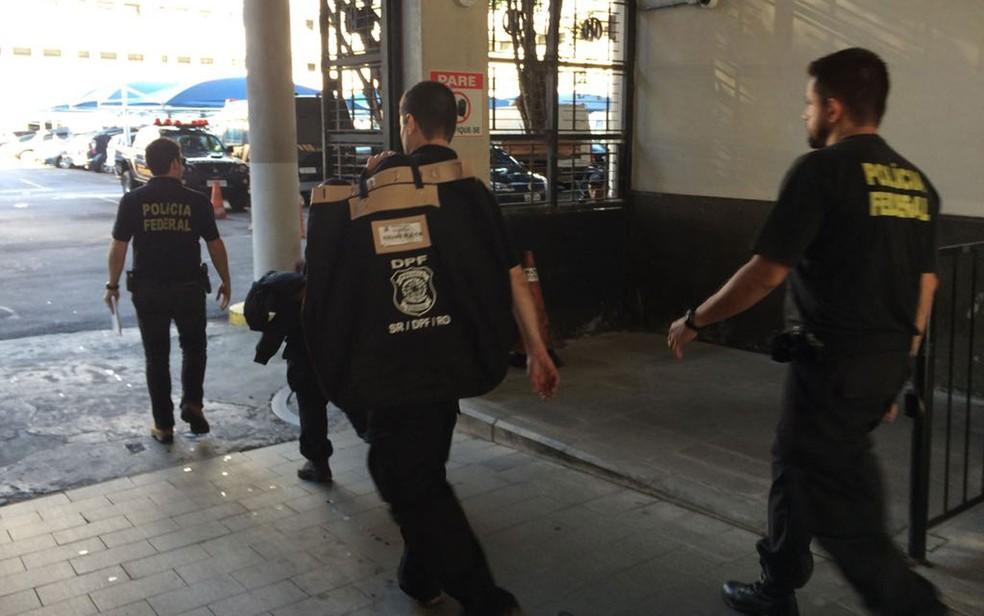 Agentes chegam à sede da PF com malotes apreendidos na ação (Foto: Cristina Boeckel / G1)