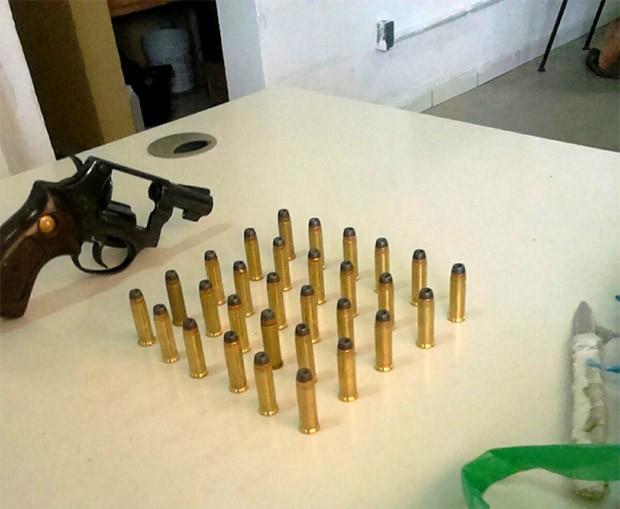 Arma e munições foram encontrados dentro de uma lixeira; Sejuc mandou instaurar sindicância para apurar o caso (Foto: G1/RN)