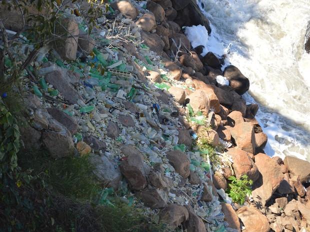 Equipe retirou um grande volume de garrafas PET, madeiras de árvores e de construção (Foto: Divulgação/Prefeitura de Salto)