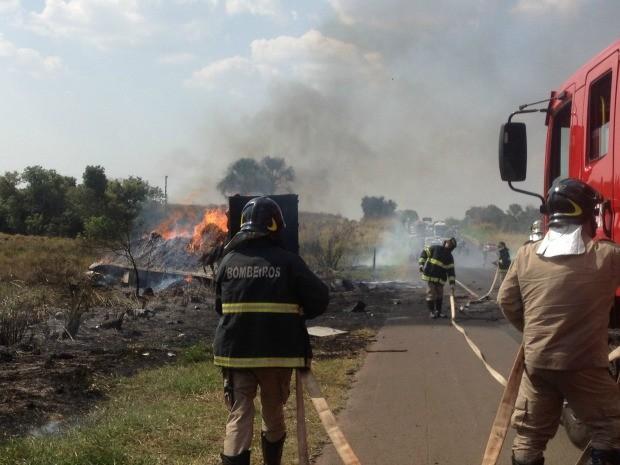 Bombeiros combatem incêndio ocorrido após incêndio (Foto: Gabriela Pavão/ G1 MS)