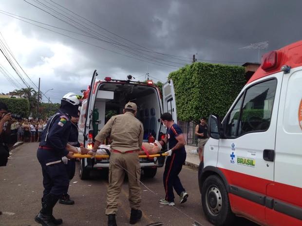 Vítima de explosão é levada para hospital (Foto: Veriana Ribeiro/G1)