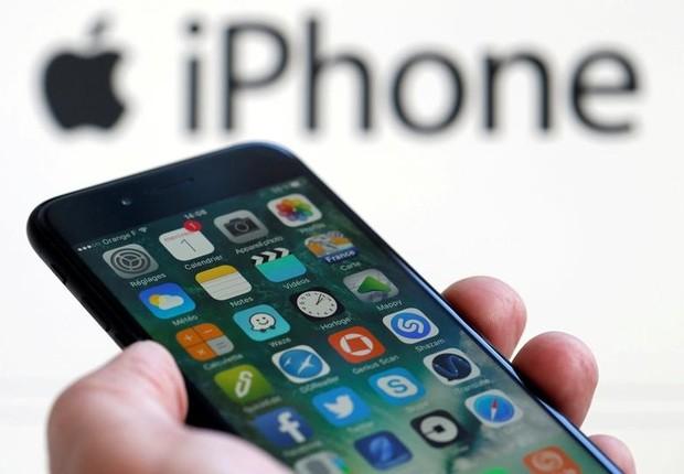 iPhone 7 em frente de painel da marca (Foto: Regis Duvignain/Reuters)