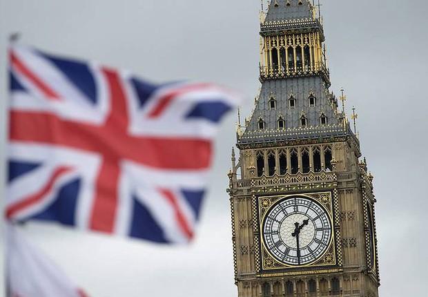 Bandeira do Reino Unido é vista à frente do Parlamento Britânico (Foto: Hannah McKay/Reuters)