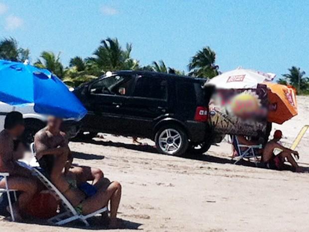A reportagem do G1 flagrou veículos circulando entre banhistas na praia de Camboinha III, em Cabedelo, na Grande João Pessoa. O flagrante foi feito na manhã deste domingo (27). Os carros além de trafegarem pela praia, dividindo o espaço com banhistas, permaneceram algumas horas com o som em alto volume em meio as pessoas que estavam aproveitando a praia (Foto: Tatiana Ramos/G1)