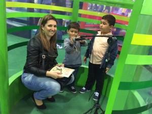 Jéssica Costa levou os filhos Gabriel e Bernardo para a cabine de contar histórias. (Foto: Cristina Boeckel/ G1)