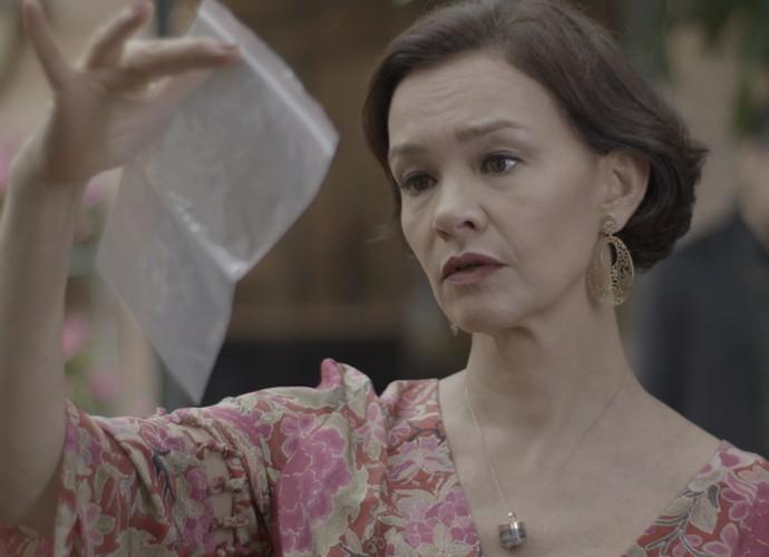 Dorotéia comemora ao ver o fio de cabelo de Lívia (Foto: TV Globo)