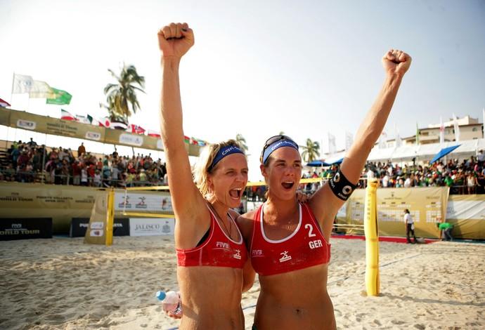 Laura Ludwig e Kira Walkenhorst comemoram vitória sobre a dupla brasileira (Foto: FIVB/Divulgação)