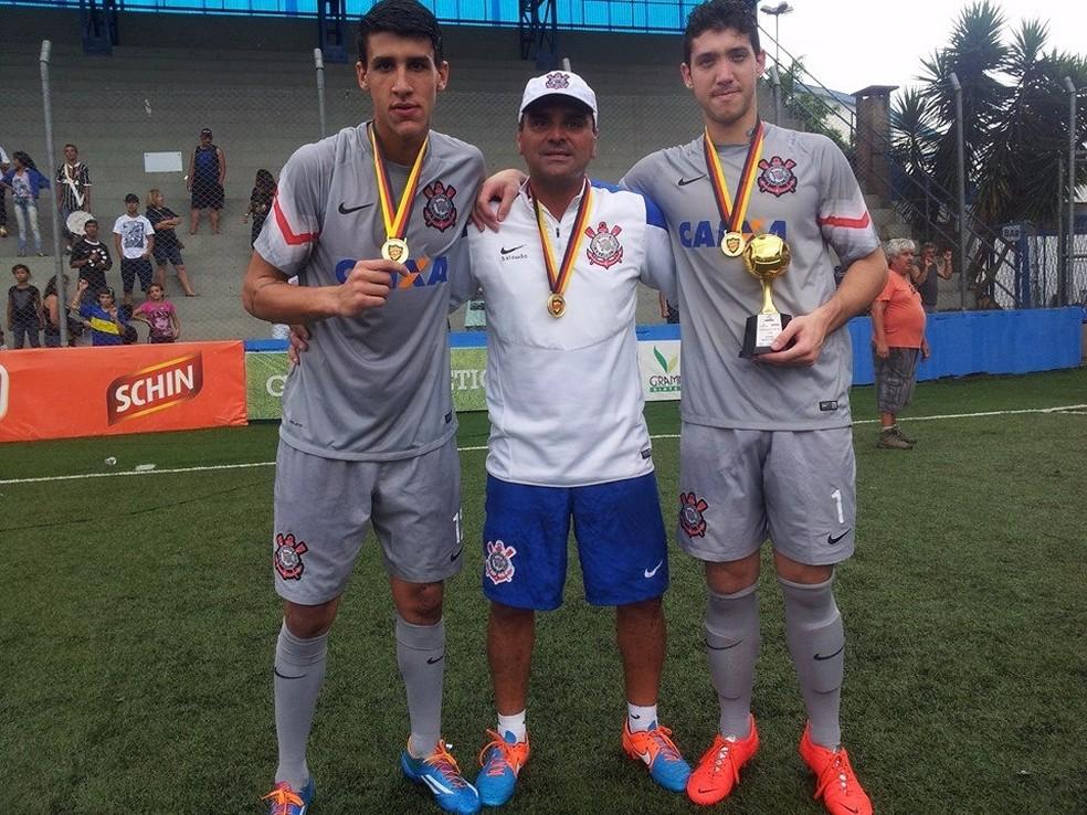 Raphael (na esquerda) foi goleiro do Corinthians no título brasileiro sub-20 (Foto: Arquivo Pessoal)