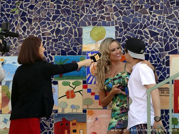 A gata apresenta o namorado para o público (Foto: Sangue Bom/TV Globo)