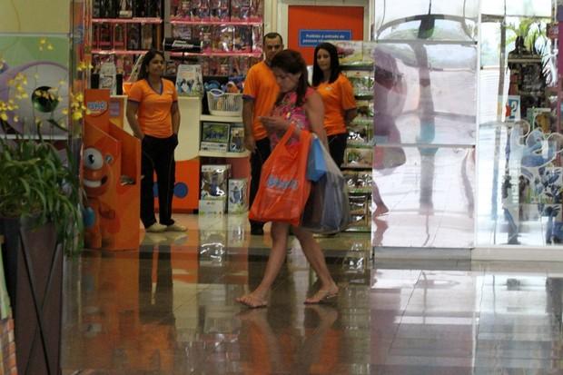 Nívea Stelmann no shopping (Foto: Johnson Parraguez / Foto Rio News)