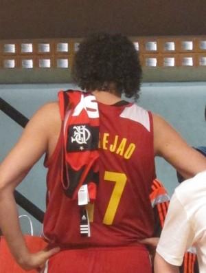 Varejão recebe camisa do Flamengo, seu time de coração, em seu primeiro dia de treino na Gávea (Foto: Fabio Leme)