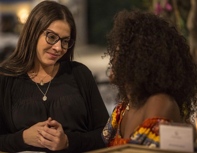 Elisa quer saber o motivo de Julia estar triste (Foto: Inácio Moraes / Gshow)