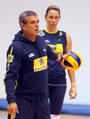 Treino vôlei feminino brasil - Zé Roberto e Fabíola (Foto: Divulgação / CBV)