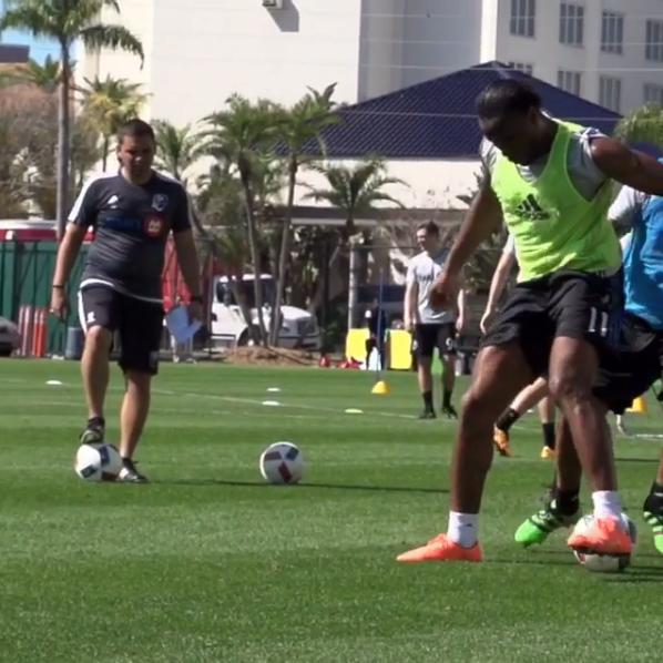 """BLOG: Drogba coloca a bola entre as pernas de marcador: """"Onde está a bola?"""""""