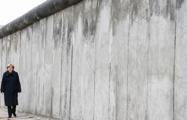 Ângela Merkel, 1a.Ministra alemã e o que sobrou do muro. (c) Foto: Hannibal Hanschke/Reuters)