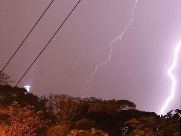 Cristo Redentor cercado por raios, na noite deste domingo (21) (Foto: Marcos Teixeira Estrella/TV Globo)