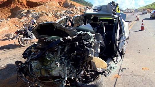 Carro invade contramão, bate em duas carretas e deixa ferido grave em Ibiraçu