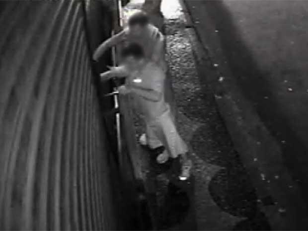 Câmera flagra grupo durante furto a loja de celulares em Campinas (SP) (Foto: Reprodução EPTV)