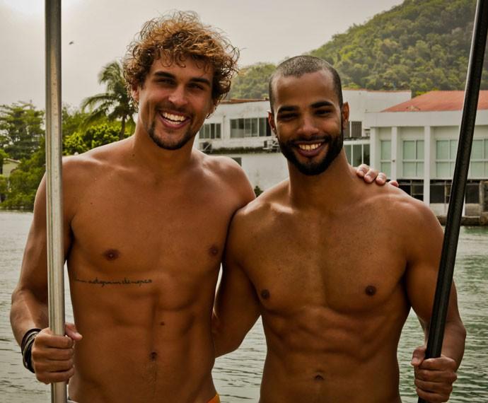 Felipe Roque e Douglas Tavares se aventuraram em travessia pelo mar (Foto: Gabriel Nascimento / Gshow)