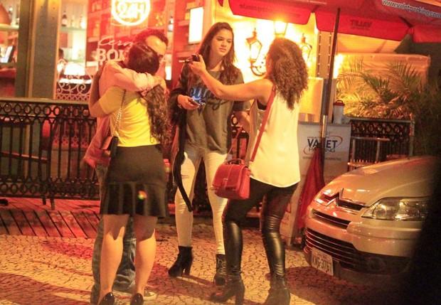 Bruna Marquezine com amigos (Foto: Delson Silva/AgNews)