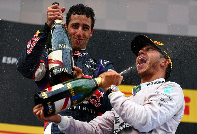 Daniel Ricciardo e Lewis Hamilton no pódio do GP da Espanha de 2014 (Foto: Getty Images)