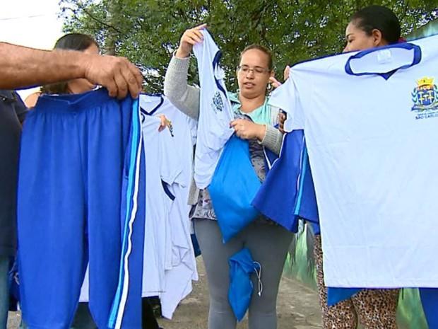 0d579212c9807 Uniformes distribuídos não servem em crianças do ensino fundamental em São  Carlos (Foto  Ely