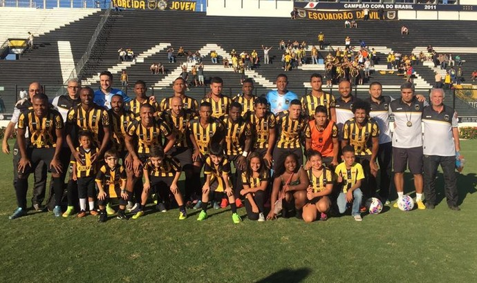 Jogadores posam para foto em São Januário (Foto: Reprodução/Facebook)