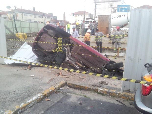 Acidente ocorreu na Avenida Quintino Bocaiuva com a Rua Benedito Calixto, no bairro Gonzaguinha (Foto: LG Rodrigues/ G1)