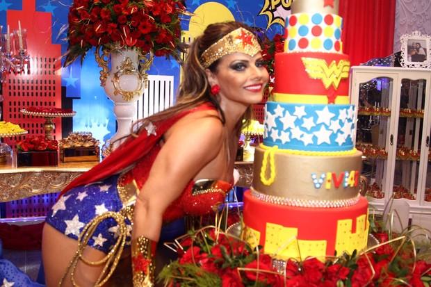 Viviane Araújo ao lado de seu bolo de aniversário (Foto: Anderson Borde/AgNews)