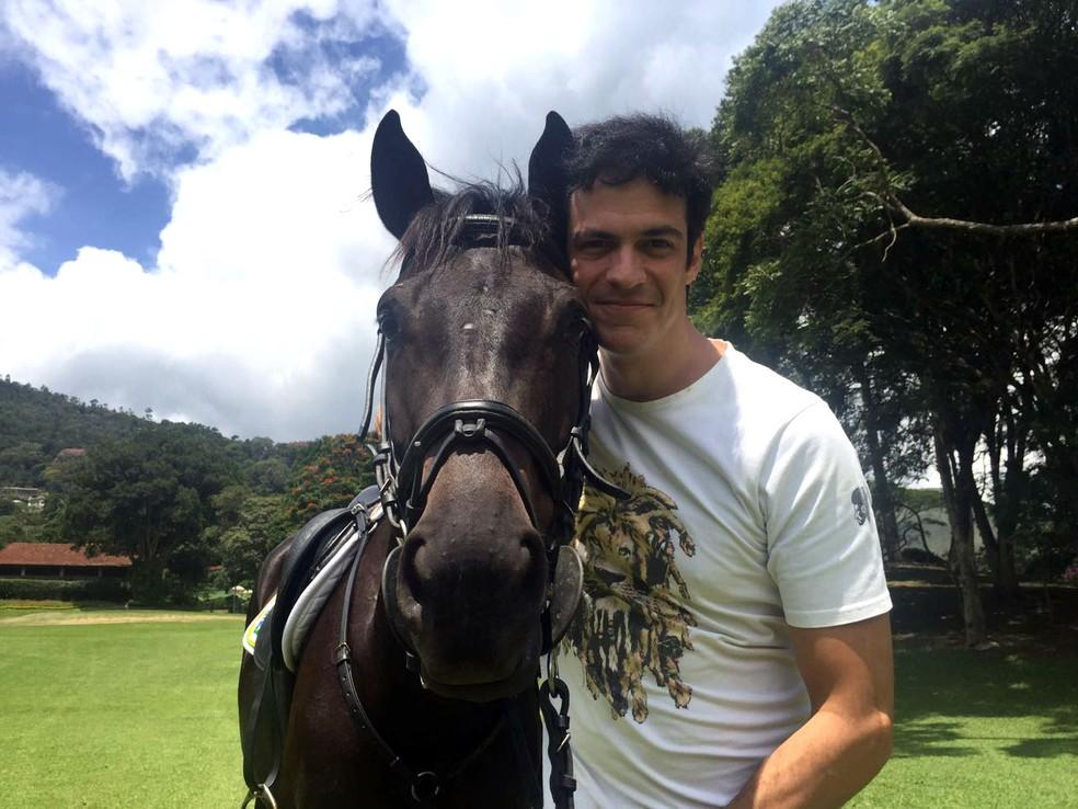 Mateus Solano em Petrópolis, onde gravou cenas cavalgando (Foto: Joana Clark/TV Globo)
