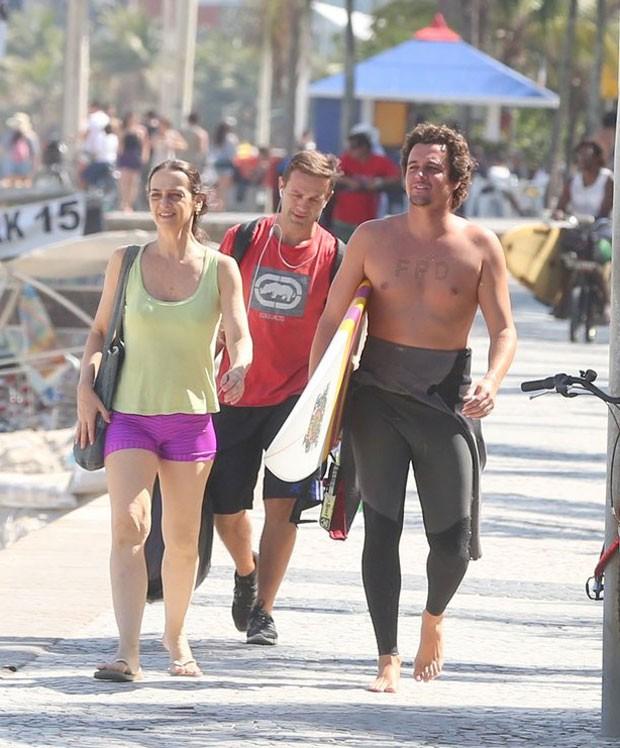 Maria Lucia e Felipe chegam ao Arpoador (Foto: AgNews)