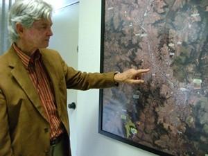 Secretário da Administração aponta para mapa de Marília (Foto: Alan Schneider / G1 Bauru e Marília)
